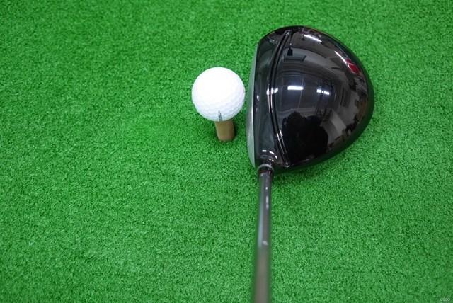 ヘッド形状はオーソドックスな丸型、ハイバック形状なので投影面積は小さく感じる。塊感のあるヘッドなので、見た目の安心感よりもシャープさを感じる
