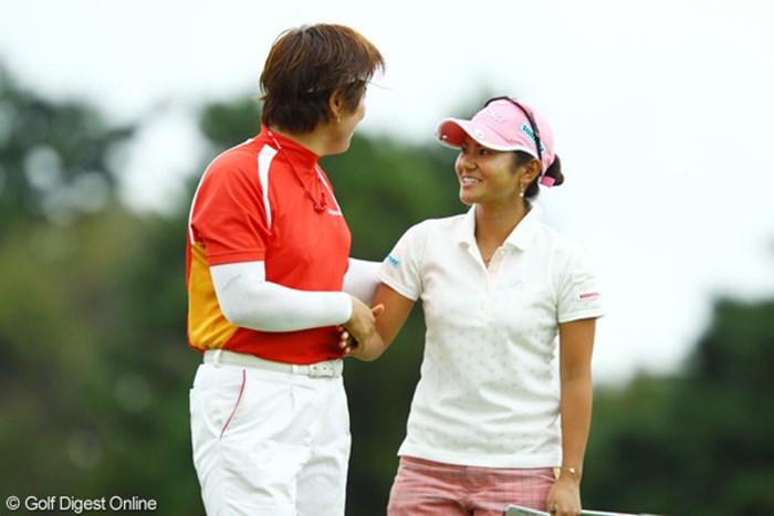 この日「68」とスコアを伸ばした宮里藍は、同組の高又順と笑顔で握手 2009年 日本女子オープン3日目 宮里藍