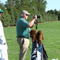 1982年優勝者が、真剣な眼差しでジュニアゴルファーの方を撮影。一体何を撮ってるの? 2017年 マスターズ 事前 クレイグ・スタドラー