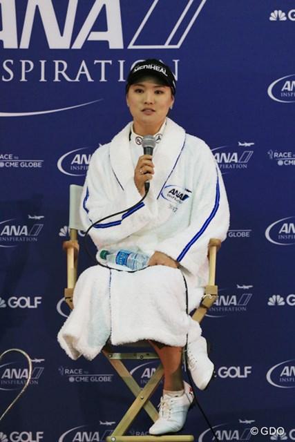 優勝インタビューを受けるユ・ソヨン。敗者を気遣いつつもメジャー2勝目の喜びに浸った