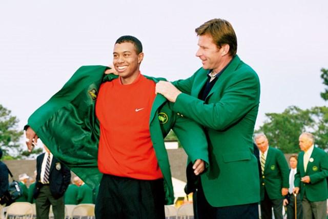 1997年のマスターズ。タイガー・ウッズは前年王者のニック・ファルドからグリーンジャケットを授かった(Getty Images/米ゴルフダイジェスト誌)