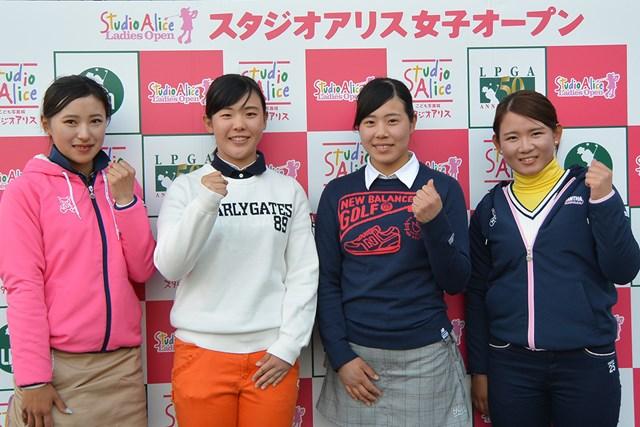 トップ通過した岩崎美紀(右から2人目)をはじめ、アマ12人が通過した※大会提供
