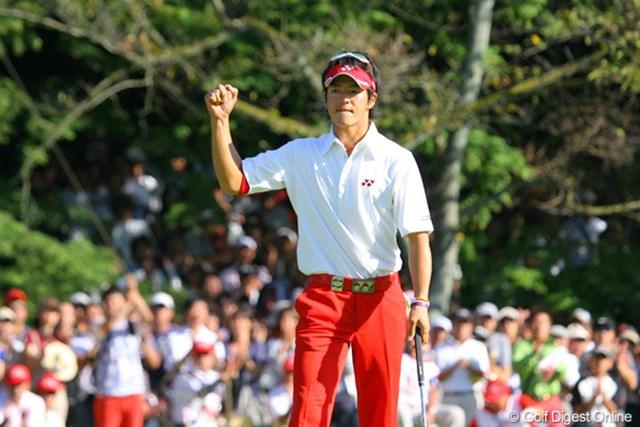 優勝の瞬間、会場内はゴルフ場とは思えぬ大歓声に包まれた