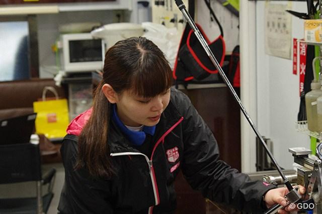 佐澤理穂さん ダンロップ初の女性クラフトマンに抜擢された佐澤さん。クラブのライ角の調整を任されている