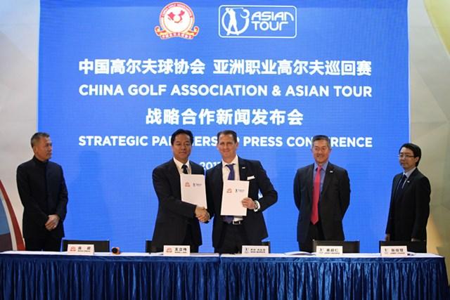 2017年3月、戦略的提携を発表したアジアンツアーと中国ゴルフ協会(提供:アジアンツアー)