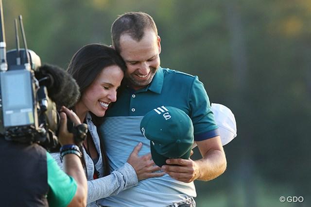 メジャー初勝利を喜ぶふたり。ガルシアはゴルフレポーターのエイキンスさんと婚約している