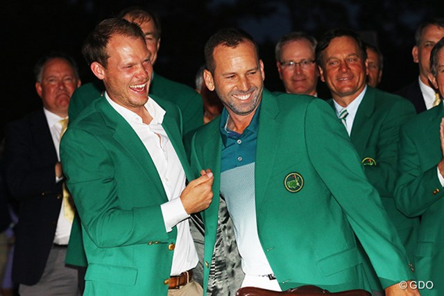 2017年 マスターズ 最終日 セルヒオ・ガルシア ダニー・ウィレット ガルシア(右)は前年王者のウィレットからグリーンジャケットを受け取った