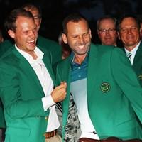 ガルシア(右)は前年王者のウィレットからグリーンジャケットを受け取った 2017年 マスターズ 最終日 セルヒオ・ガルシア ダニー・ウィレット