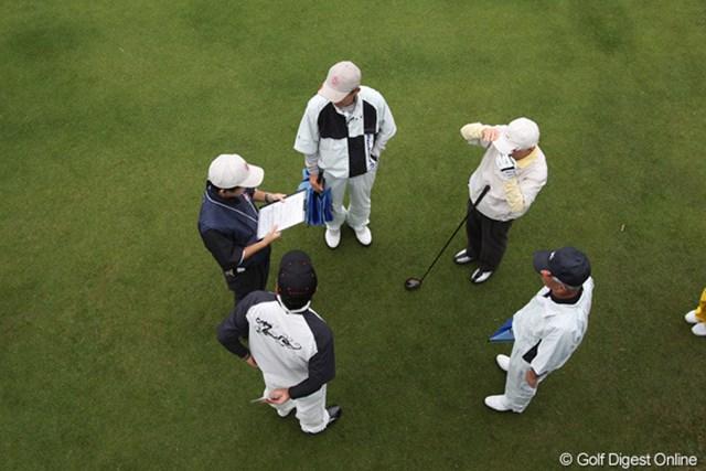 プロアマ戦のスタート前、説明を受けるゲストと選手。上からパチリ 撮影カメラ:Canon EOS 50D