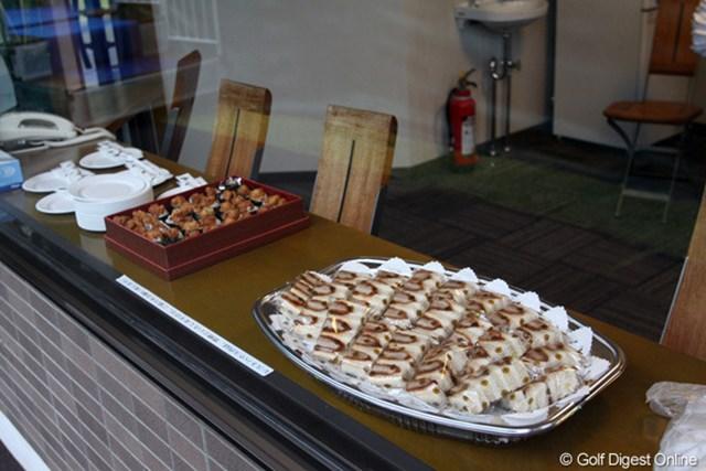 プロアマ戦では各茶店に軽食が用意されている。美味しそー!! 撮影カメラ:Canon EOS 50D