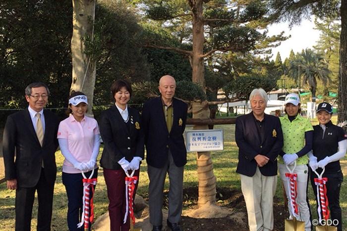 コースで復興祈念植樹を行った 2017年 KKT杯バンテリンレディスオープン 事前 一ノ瀬優希(写真左から2番目)、小林浩美LPGA会長(同3番目)、若林舞衣子(右から2番目)、横山倫子(右)