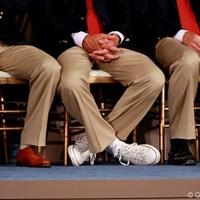 開会式、フォーマルなジャケットを着ているのに、一人だけスニーカーをはいているのは誰?(L.グローバーです) 2009年 ザ・プレジデンツカップ事前 L.グローバー