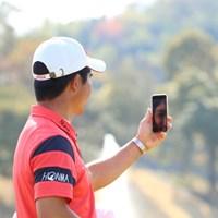 表彰式の様子を携帯でアップしていた梁津萬。 2017年 東建ホームメイトカップ 最終日 梁津萬