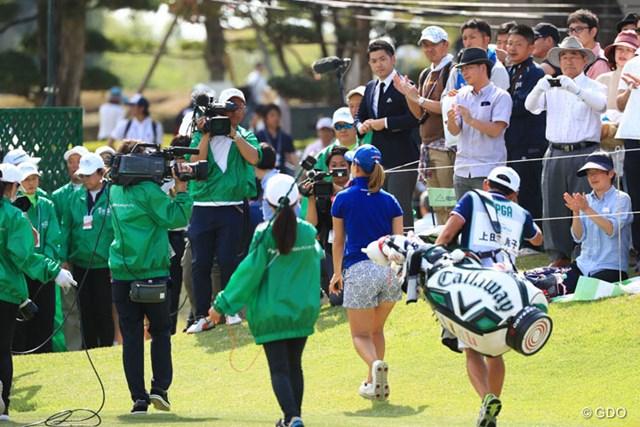 コースを後にする地元出身の上田桃子を惜しみない拍手で見送るギャラリー
