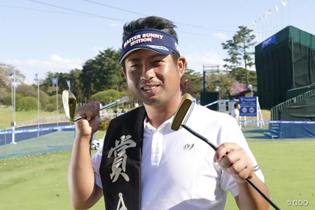金色のパターとウェッジを手にご満悦の賞金王・池田勇太