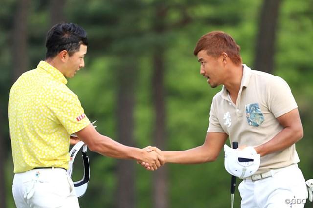 2017年 パナソニックオープンゴルフチャンピオンシップ 初日 小平智 片岡大育 がっつりと握手、明日も同組