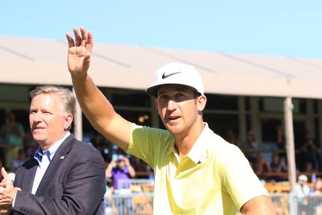 2017年 バレロテキサスオープン 最終日 ケビン・チャッペル 表彰式では大歓声に笑顔で手を挙げた