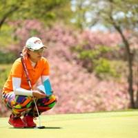 後ろの桜よりも派手です。 2017年 サイバーエージェント レディスゴルフトーナメント 初日 ベイブ・リュウ