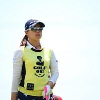 ポンチョを着てるキャディさんに見える。 2017年 サイバーエージェント レディスゴルフトーナメント 初日 笹原優美