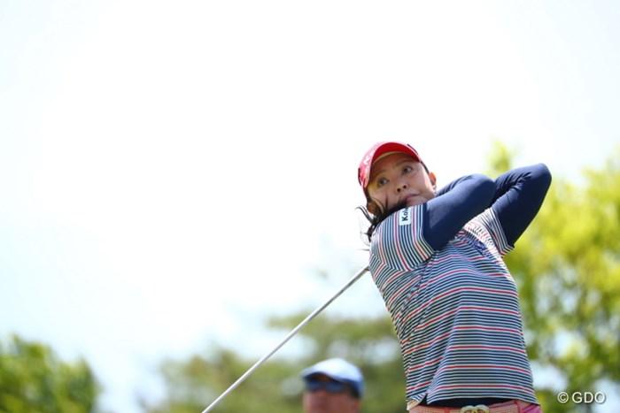 腕が首に巻きつく独特のフィニッシュ。 2017年 サイバーエージェント レディスゴルフトーナメント 2日目 斉藤裕子
