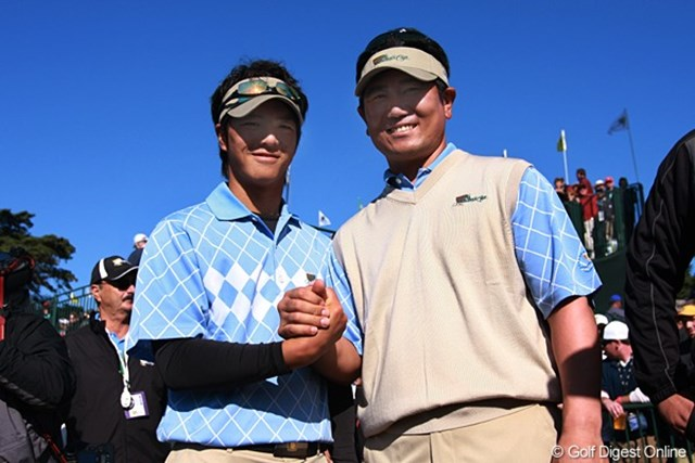 2009年 ザ・プレジデンツカップ2日目石川遼&Y.E.ヤン 15番ホールで勝負を決め、がっちりと握手。明日も同じペアで戦うぞ!
