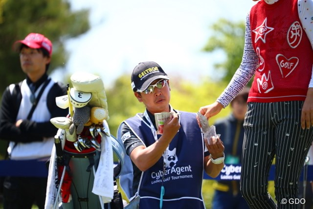 2017年 サイバーエージェント レディスゴルフトーナメント 2日目 梅原キャディ 「ビーフシチューとトマトシチュー、どっちがいい?」
