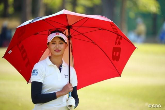 傘が似合う和風美人どすえ。