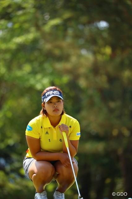 ジャングルの中から出てきたゴルフ娘。