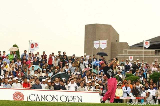 2009年 キヤノンオープン3日目 10番ティグラウンド アクセス抜群の戸塚CCには、今日もたくさんのギャラリーが訪れました。 使用カメラ:Canon EOS-1D Mark Ⅲ
