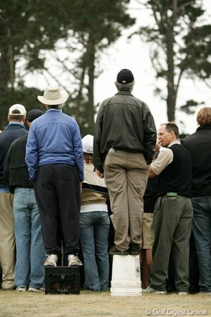 人気の組には大勢のギャラリーが何重もの人垣を作る。いろんな工夫で観戦中