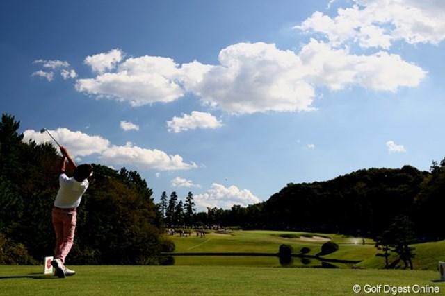 吸い込まれそうな青空に向かって、14番ショートホールのティショットを放つ山下和宏。 使用カメラ:Canon EOS-1D Mark Ⅲ