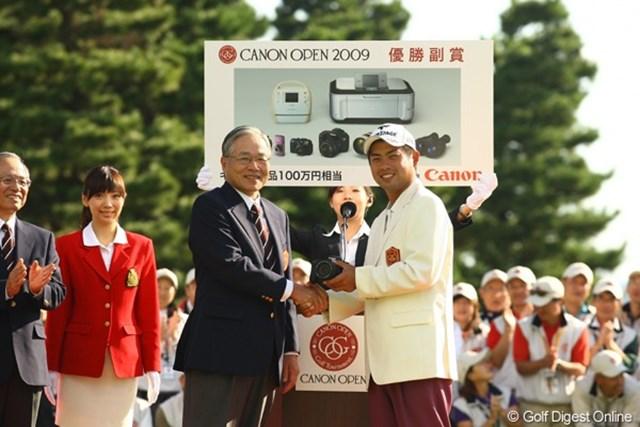 優勝副賞のキヤノン製品を受け取る池田勇太。手には一眼レフのカメラが・・・明日からは私達と同じ土俵ですか?  使用カメラ:Canon EOS-1D Mark Ⅲ