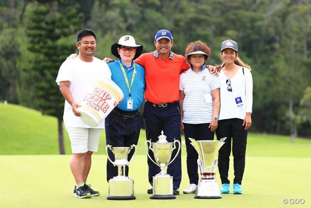 兄・優作の優勝記念撮影に家族とともに収まった宮里藍(右)