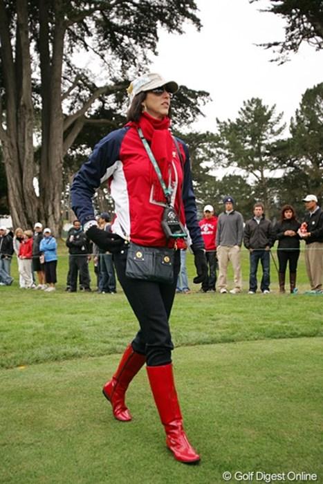 同じファッションだが、ひと工夫でぐっとおしゃれに。S・シンクの奥さんはブーツ姿が決まってました 2009年 ザ・プレジデンツカップ最終日 S.シンク夫人