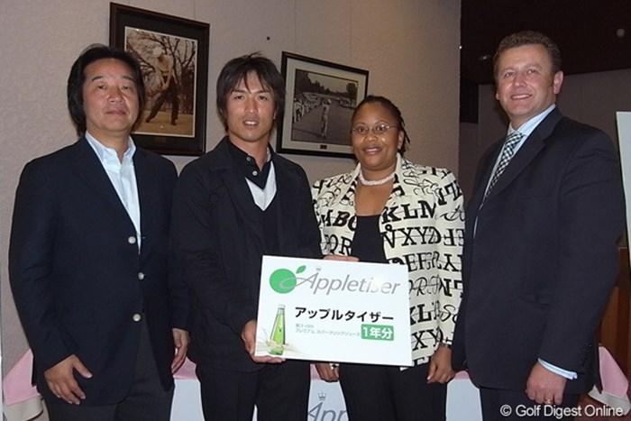 主催のリードオフジャパン株式会社代表の渡邊弘之、谷昭範、ツェポ・マケネ女史、イルコ・ミオセビッチ(左から) アップルタザープロアマゴルフコンペ 谷昭範