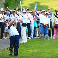 17番右に曲げたバーンズこのショットもミスショット 2017年 関西オープンゴルフ選手権競技 最終日 K.バーンズ