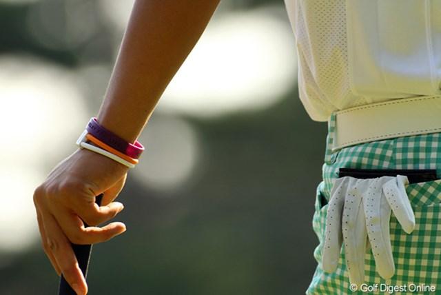 2009年 日本オープンゴルフ選手権競技 初日 石川遼 石川遼の左手首には色とりどりのリングが・・・・・