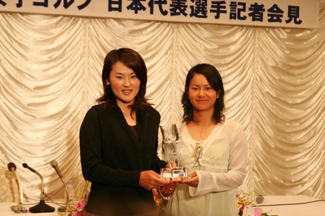ワールドカップ優勝の報告を行った宮里藍と北田瑠衣