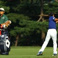 両手に1本ずつクラブを持ってスイングチェック。本当にどこまでもゴルフに対してストイックです 2009年 日本オープンゴルフ選手権競技 2日目 片山晋呉