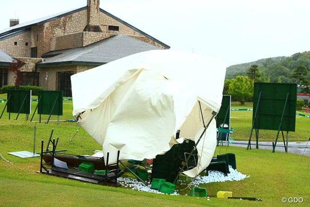 2017年 ヨネックスレディスゴルフトーナメント 初日 仮設テント 倒壊した仮設テント。午前中をピークに強風が襲った