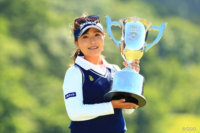 2017年 ヨネックスレディスゴルフトーナメント 最終日 青木瀬令奈 青木瀬令奈がプロ7年目で初優勝。仲間に祝福を受けながらトロフィーを掲げた