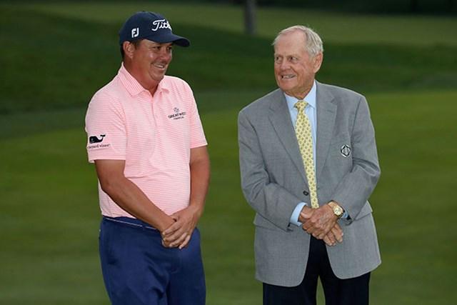 大会ホストのジャック・ニクラス(右)に話しかけられ、何やら恥ずかしそうなダフナー(Andy Lyons/Getty Images)