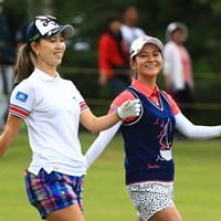 「70」の同スコアでホールアウトした宮里藍と上田桃子。真剣勝負の中にも和やかな空気が2人を包んだ 2017年 サントリーレディスオープンゴルフトーナメント 初日 宮里藍 上田桃子