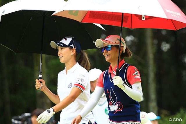 2017年 サントリーレディスオープンゴルフトーナメント 初日 宮里藍&上田桃子 楽しそうな二人