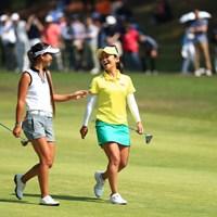 3日目も笑顔の宮里藍(右)。同組の平野ジェニファーとは英会話でリラックス 2017年 サントリーレディスオープンゴルフトーナメント 3日目 平野ジェニファー 宮里藍
