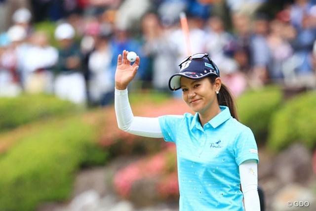 2017年 サントリーレディスオープンゴルフトーナメント 最終日 宮里藍 18番で観客の「ありがとう」に応える宮里藍