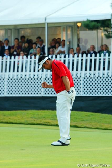 2009年 日本オープンゴルフ選手権競技 最終日 小田龍一 72ホール目、値千金のバーディ奪取の小田龍一。この後プレーオフを制し念願の初優勝