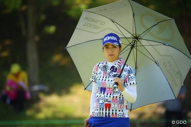 2017年 アース・モンダミンカップ 2日目 笠りつ子 日傘なくしては厳しい日差し。