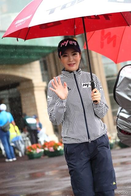 最終日は雨交じりの空模様。レインウェアをしっかり着込んで登場したアン・シネ
