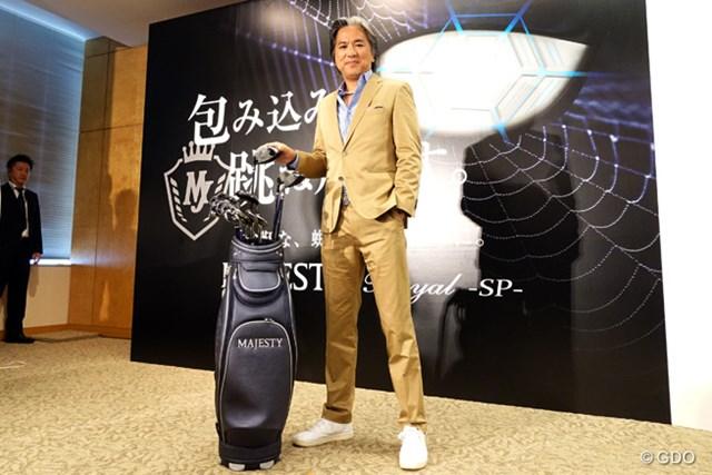 """発表会に登場したモータージャーナリストの九島辰也氏。ブランドの持つ""""特別感""""についてアピールした"""